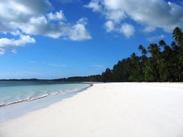Menyapa Lembutnya Pasir Putih di Pantai Pasir Panjang Maluku
