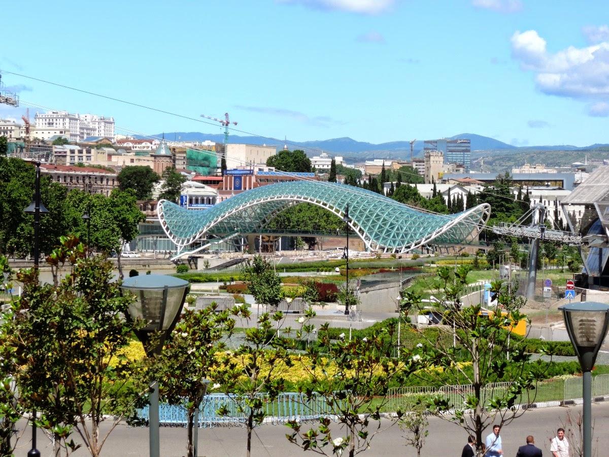 Грузия пешеходный мост в Тбилиси