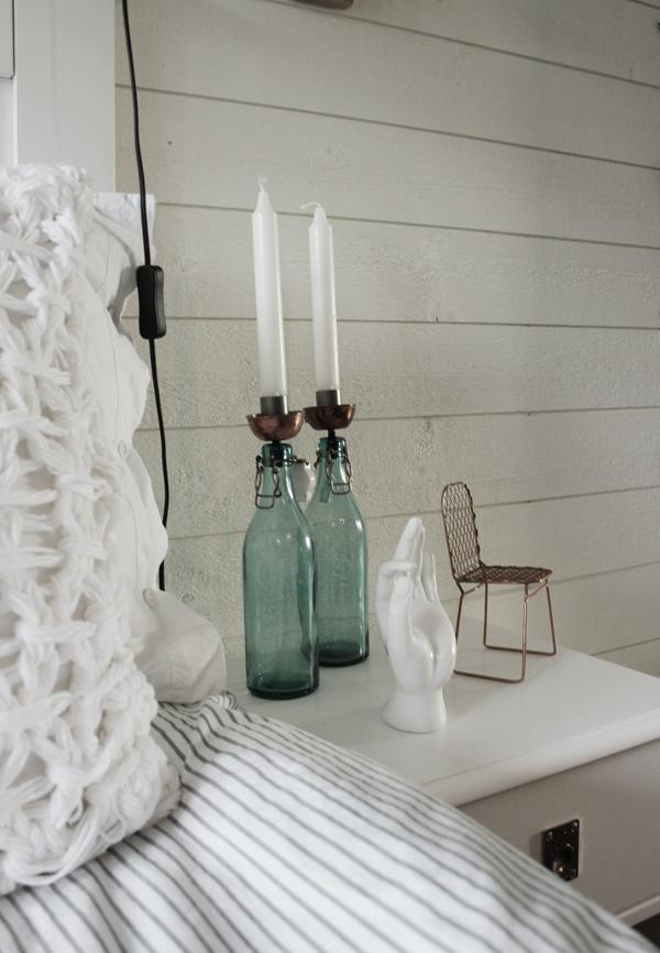 diy ljusstake, diy koppar, kopparsil, gröna flaskor, glasflaskor med sil så att det blir ljusstake, sovrum i vitt, vit hand som dekoration, inredningsdetaljer sovrum