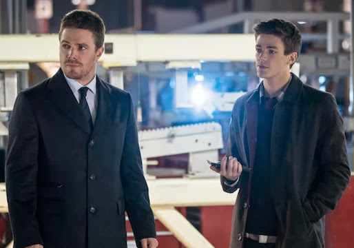Oliver Queen (Stephen Amell) y Barry Allen (Gran Gustin) en Arrow