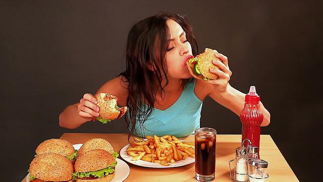 cewek makan sendiri