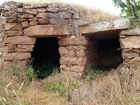 Detall de les dues portes de la barraca doble del Serrat de Bussanya