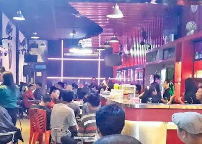 WARKOP  : Cafe Corner di Jalan Gajahmada Pontianak tak pernah sepi pembeli. Tak hanya menyediakan kopi, karena disini menawarkan fasilitas lebih baik dari sekedar warkop yang membuat pengunjung betah berlama-lama. FOTO : ARISTONO/PONTIANAKPOST