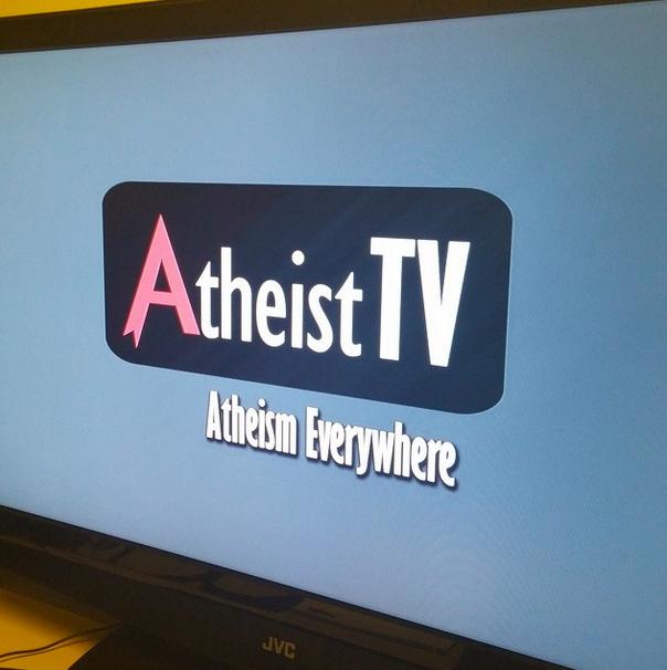 Logo tipo en pantalla de un televisor del canal ateo estadounidense Atheist TV 2014 | Ximinia