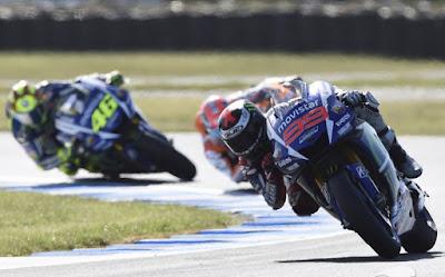 Rossi dan Lorenzo Hanya Akan Bertemu di Lintasan, Selebihnya Dilarang?