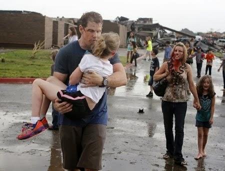 Một gia đình bị thương đang ra khỏi khu vực bị phá nát do lốc xoáy ở Moore, Oklahoma, Mỹ