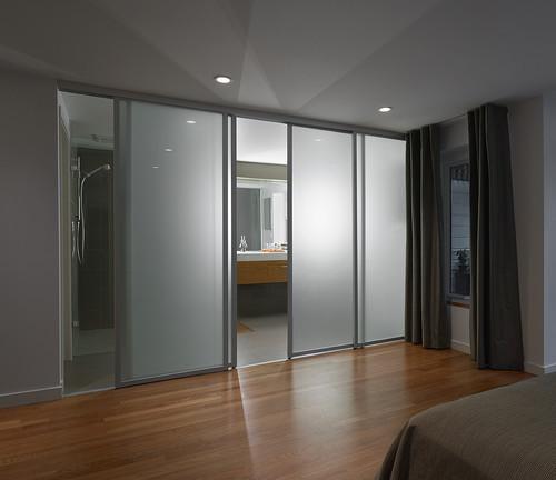 Roupeiros porta deslizante em vidro fosco para separar quarto de casa de banho