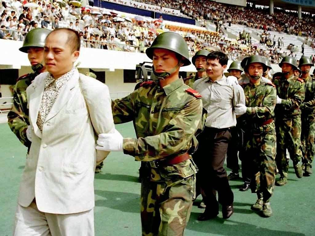 Cena de arquivo de uma execução pública na China comunista.