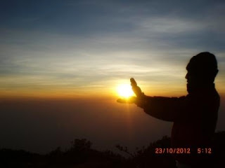 melihat matahari terbit dari puncak lawu