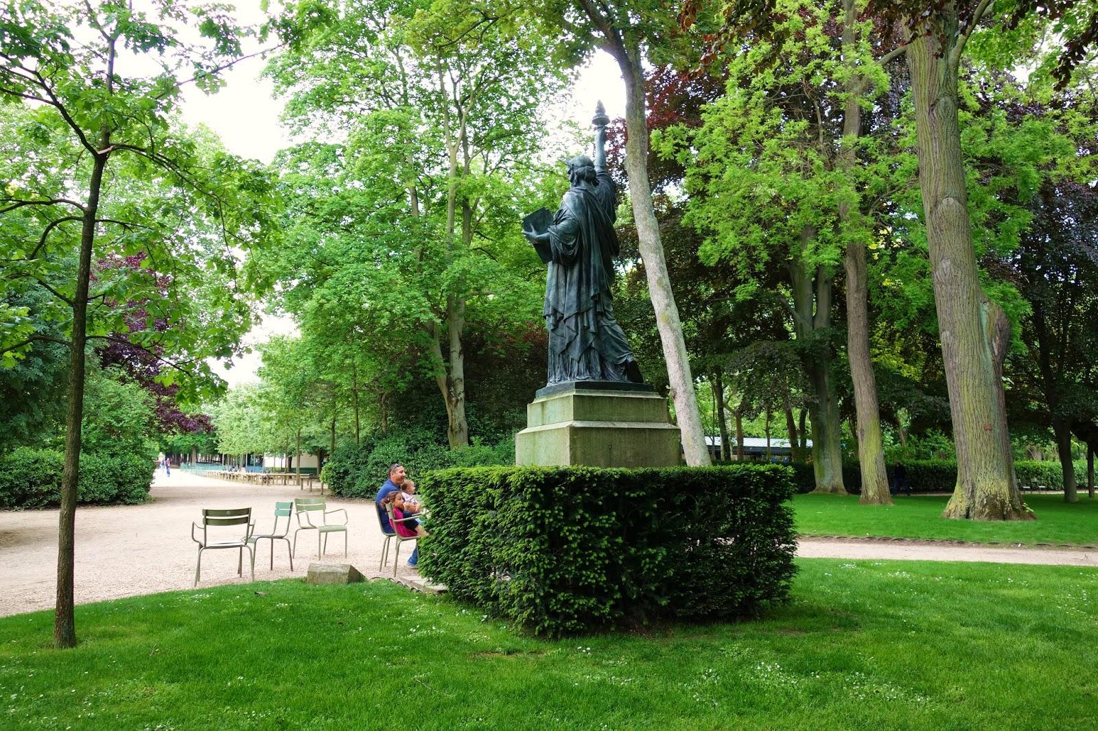 Paris statues de la libert les cinq parisiennes for Au jardin du luxembourg