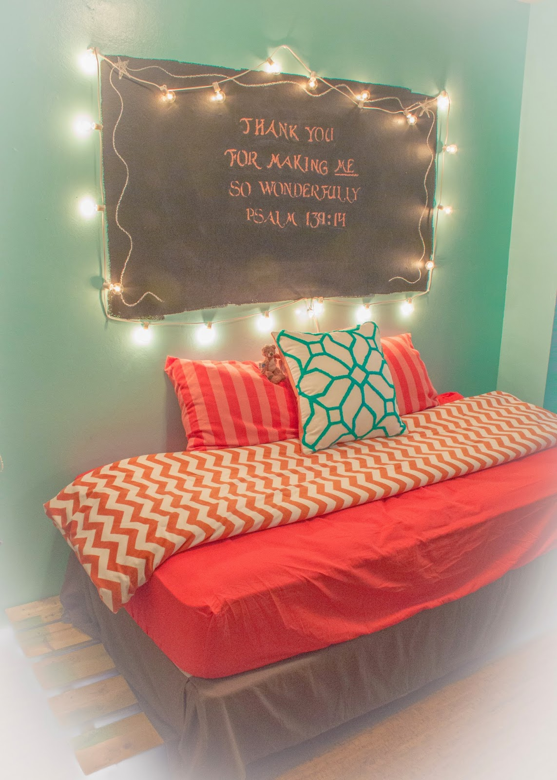 One Woman's Walking Shoes: Showcasing my teen and her daybed