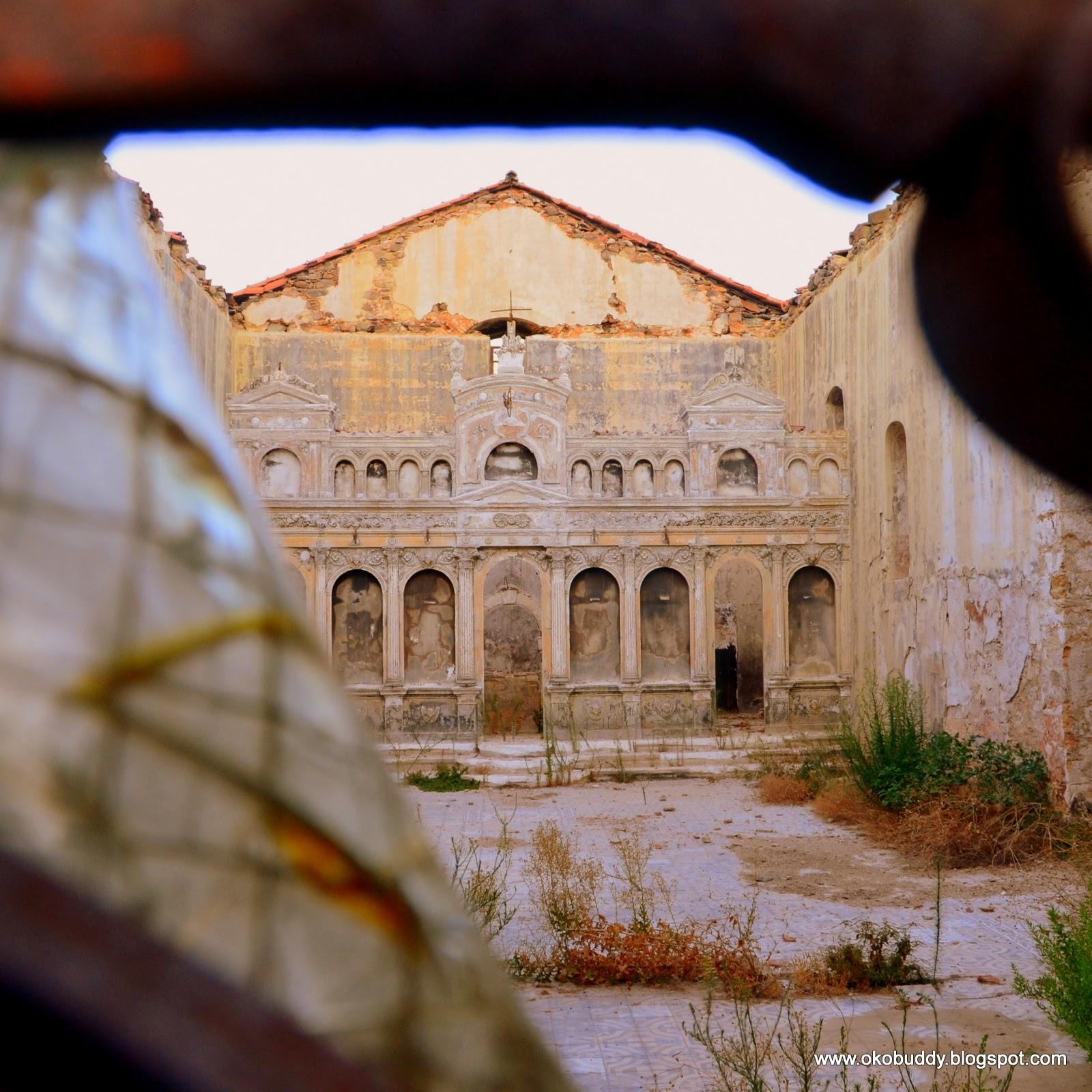 Opuszczona świątynia w ruinach twierdzy Koroni. Grecja