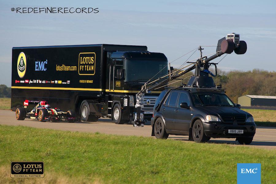 【動画】ロータスF1マシンの真上を大型トレーラーが飛び越える衝撃の映像が話題に!