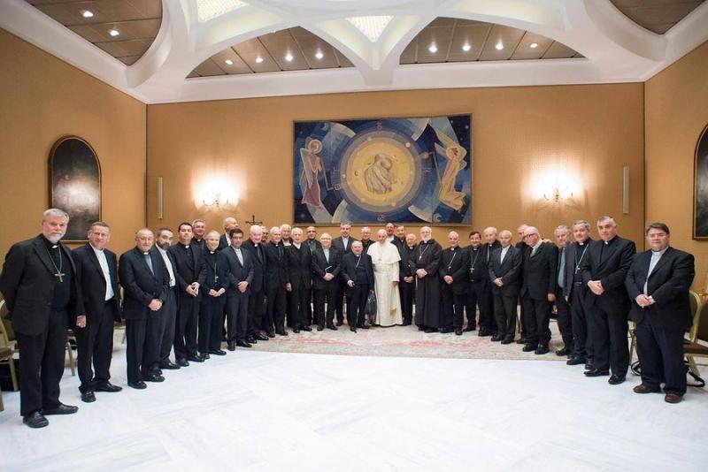 Al menos cuatro obispos habrían renunciado tras cita con el Papa