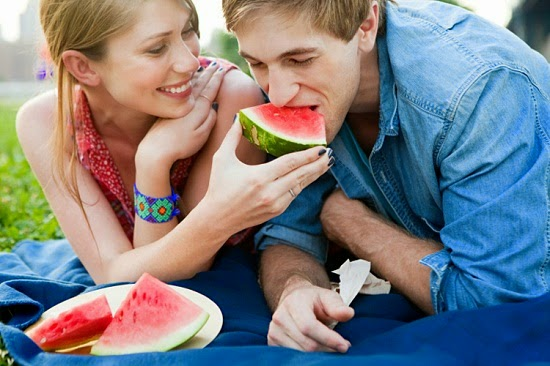 أكتشفوا فوائد البطيخ خاصة للمتزوجين - رجل امرأة ياكلان بطيخ بطيخة - man woman eating watermelon