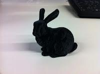 Das Bild zeigt einen schwarzen Hasen, der mit Hilfe eines 3D-Druckers erstellt worden ist