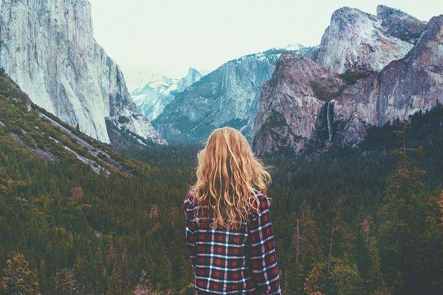Chica de espaldas en las montañas