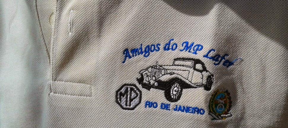 """Detalhe da camisa pólo do grupo carioca  """"Amigos do MP Lafer""""."""