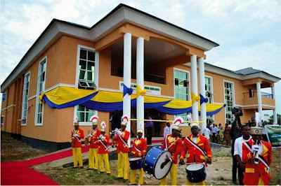 Unoma Akpabio  commissions new council secretariat in Esit Eket