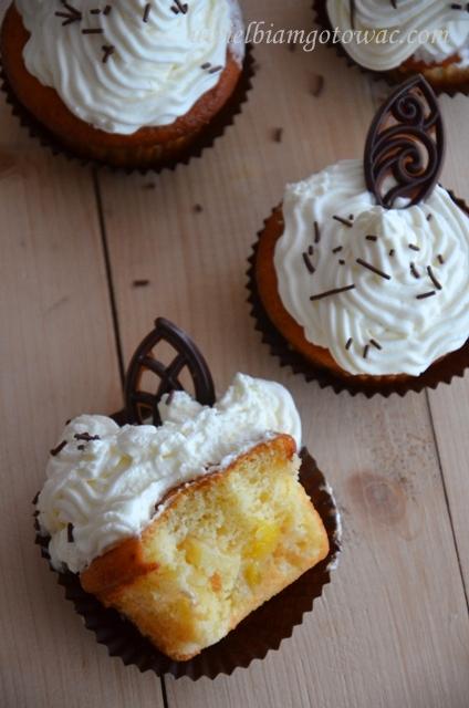 Jogurtowe muffinki z brzoskwinią i ananasem