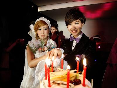 Gambar Perkahwinan Pasangan Lesbian Sebuah Kelab Malam Relevan