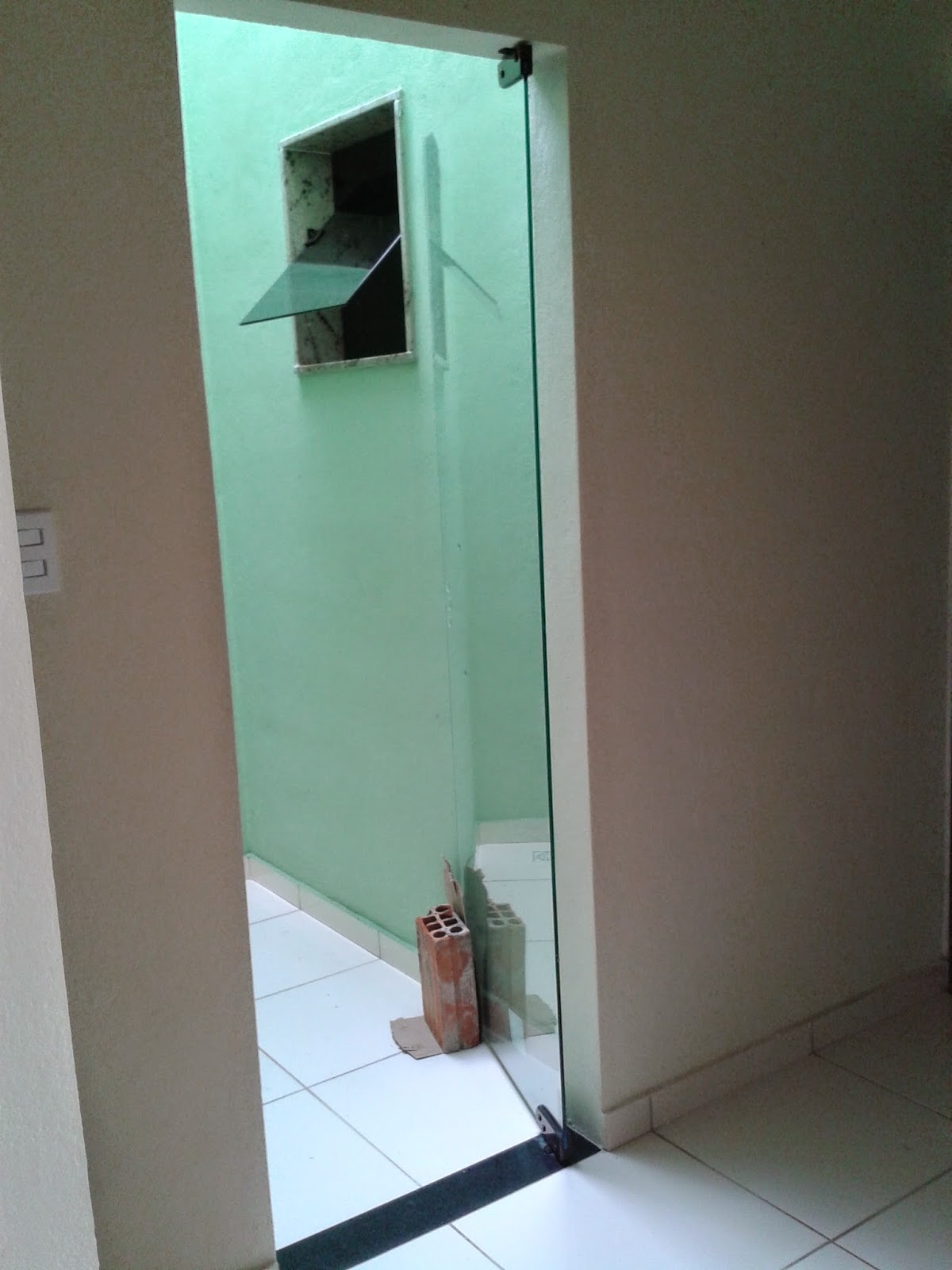 #326D99 acabamento das janelas dos banheiros e da janela da cozinha  318 Janelas De Vidro Temperado Em Ribeirão Preto