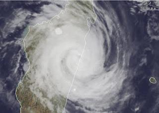 Satellitenbild GIOVANNA Madagaskar: Zyklon geht bei Brickaville / Andevoranto an Land, Video, Loop, Satellitenbild Satellitenbilder, Giovanna, aktuell, Madagaskar, Februar, 2012, Indischer Ozean Indik, Zyklonsaison Südwest-Indik,