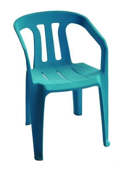 Une chaise bleue floquée par le Relais.