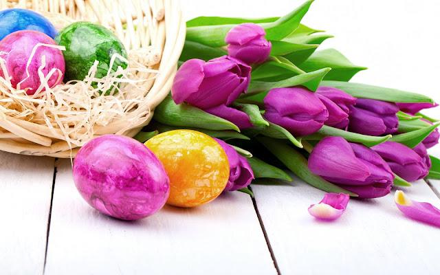 Achtergrond met paaseieren en tulpen in de lente