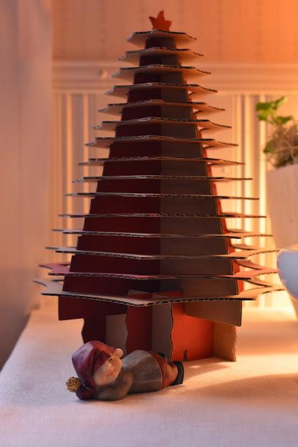 Japanilainen pahvinen joulukuusi - Muonamiehen mökin joulu