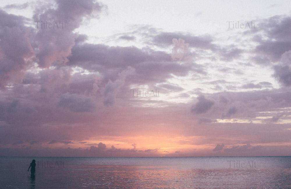 石垣島のビーチでの夕焼けの写真