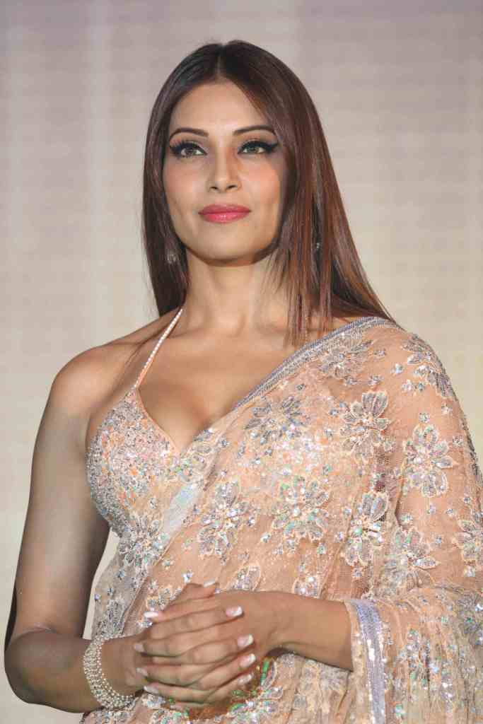 Bipasha Basu in hot saree1 - Bipasha Basu in Hot Sare at Jodi Breakers Music Launch