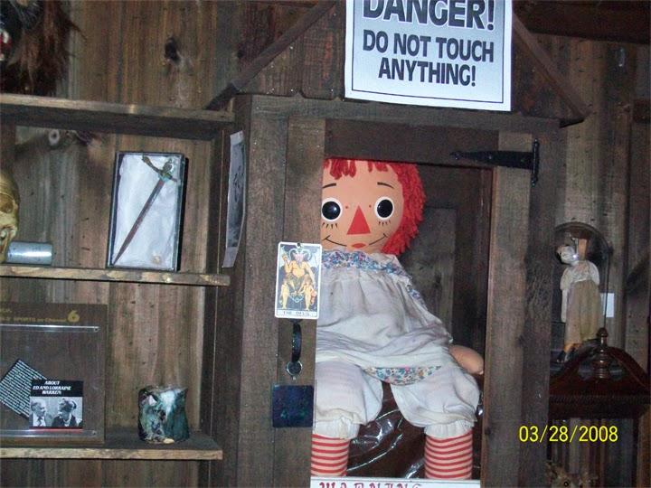 Boneca verdadeira Annabelle no Museu Ocultista dos Warren