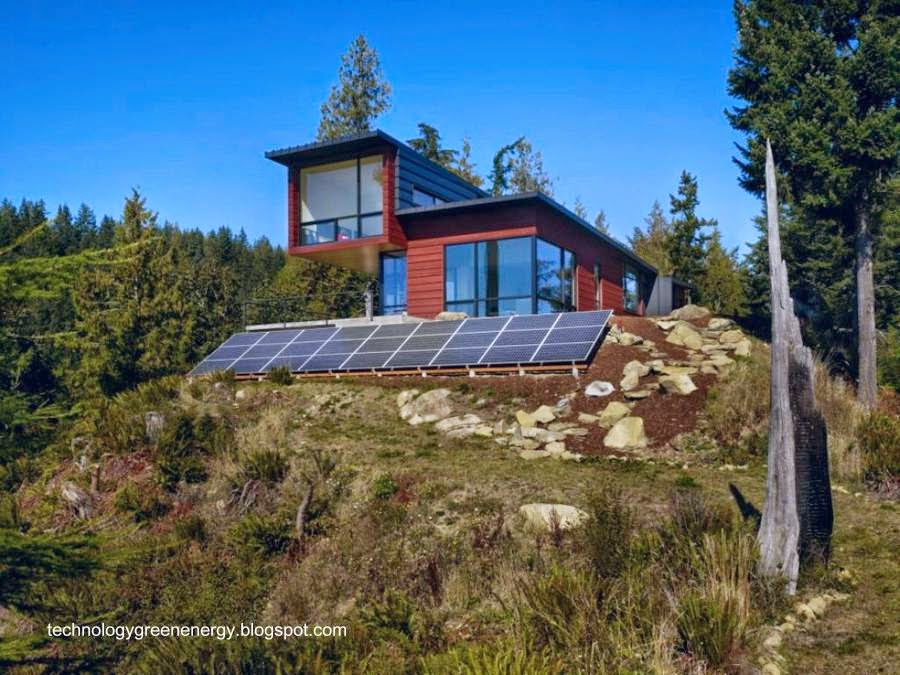 Casa con paneles solares fotovoltaicos