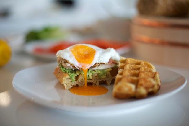 sandwich con sobras de pavo en gofre