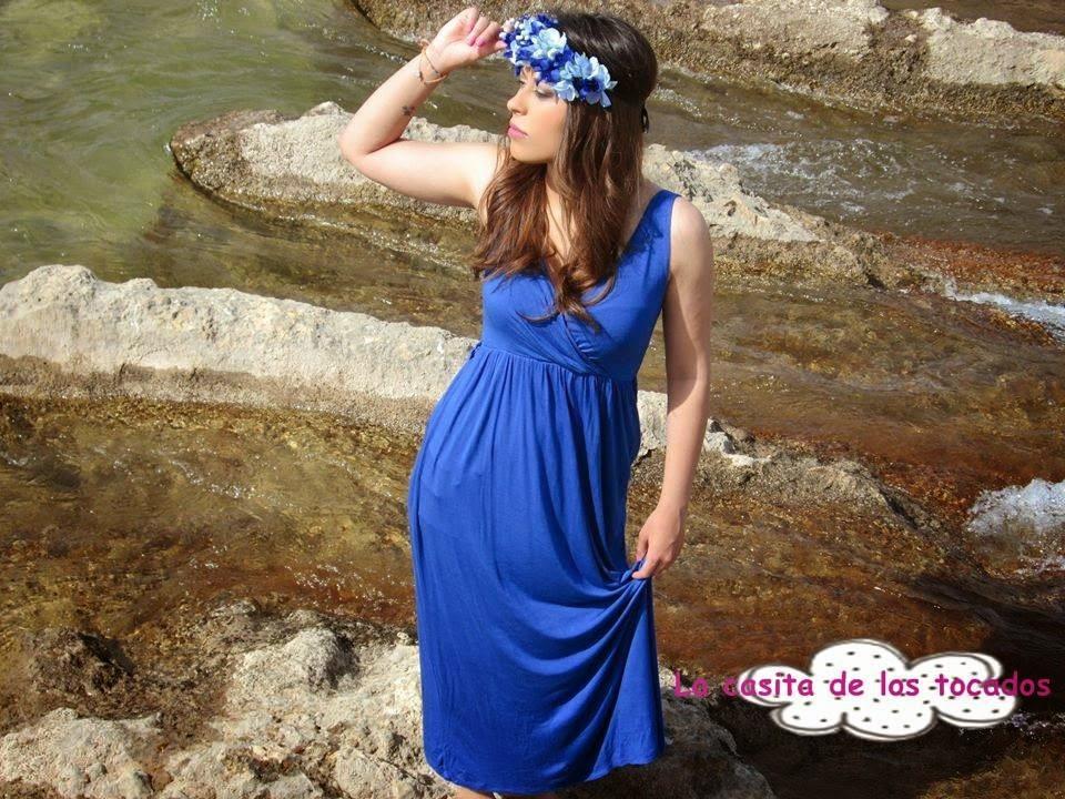 tiara de flores en color azul con vestido largo en azulón