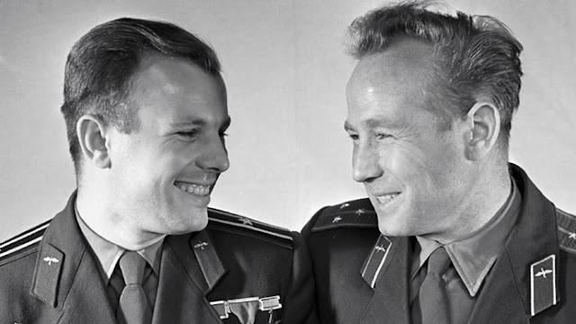 Nhà du hành  Yuri Gagarin (bên trái) và đồng đội Alexey Leonov. Credit : RIA Novosti.