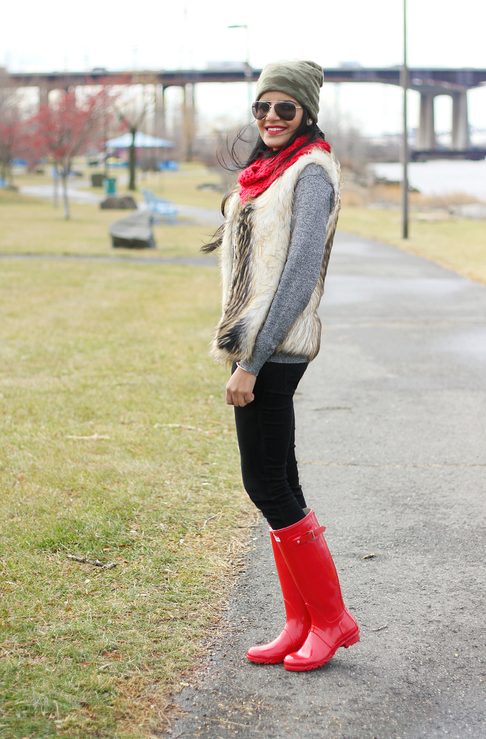 Red Hunter Boots, Faux Fur Vest, How to wear fuax fur vest, Camo Beanie