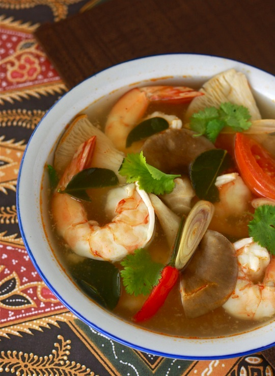 Seafood tom yum soup recipe by by SeasonWithSpice.com