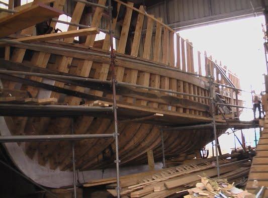 marins sur le bahut du mort Un chalutier en bois au Guilvinec