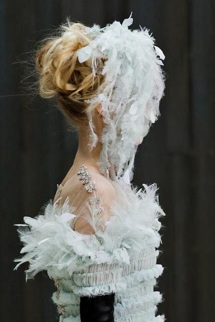 sublime robe de mariée haute couture de Chanel par Karl Lagerfeld. BLanche avec des plumes et de la mousseline de soie et des plumetis