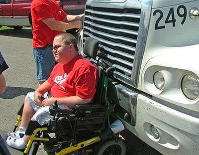 Orang berkursi roda yang tersangkut di depan truk dan melaju sejauh 6,5 KM