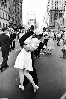 Alfred Eisenstaedt, Il bacio, 14 agosto 1945.