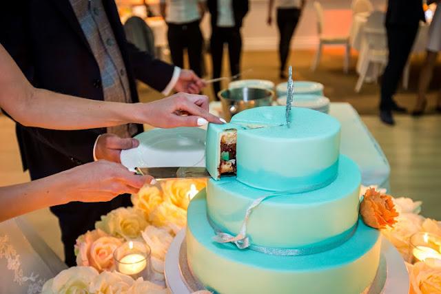 Pastelowy tort ślubny.