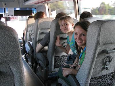 Настя с Тасей в автобусе