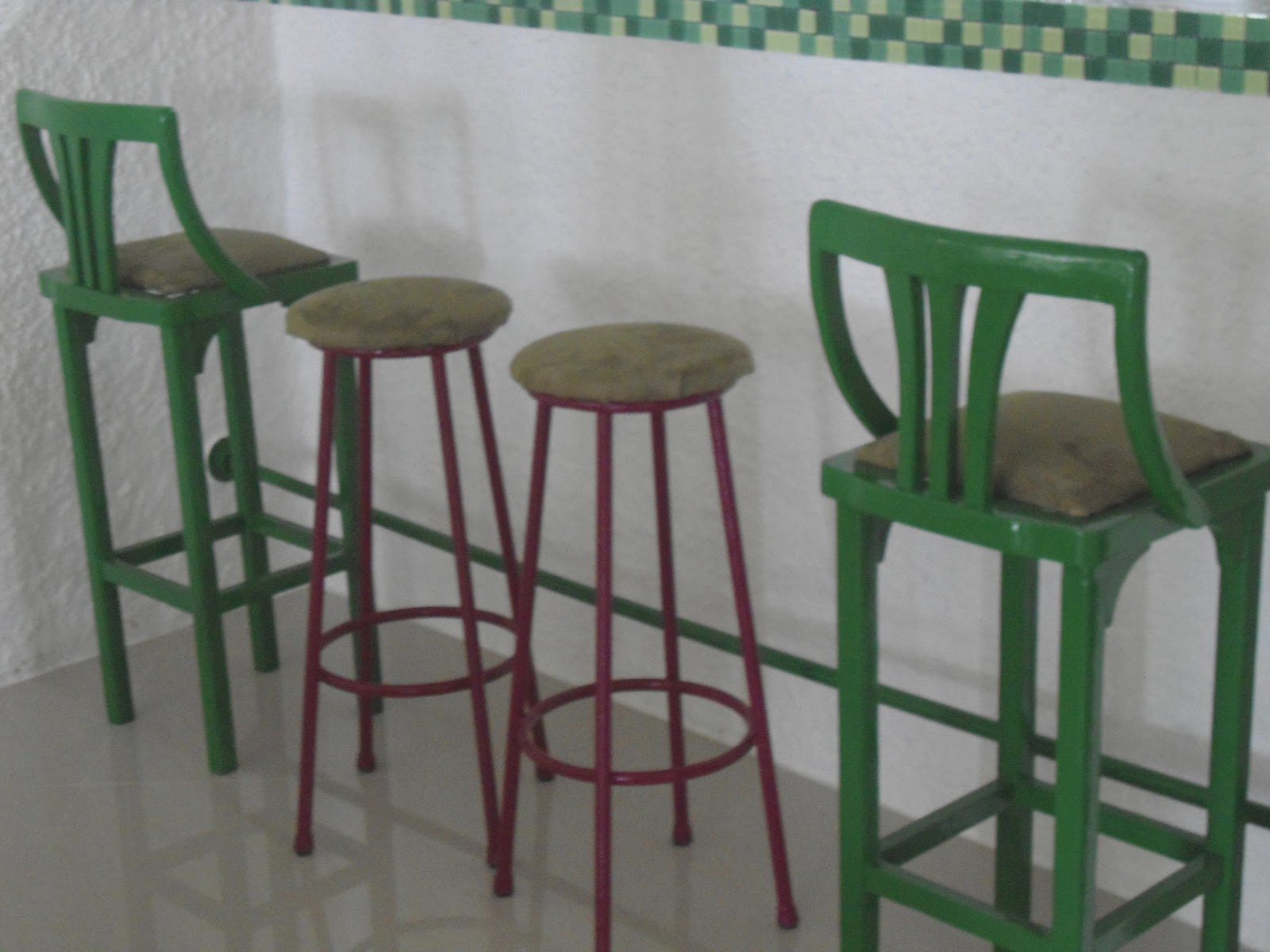 #385E3E APROVEITANDO BANQUETAS DE FERRO E DE MADEIRA QUE IRIAM PRO LIXO PARA  1600x1200 px Banquetas Para Cozinha Americana Em Madeira_2797 Imagens