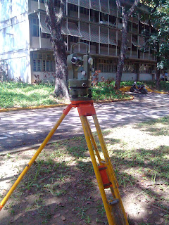 Teodolito, teodolito estacionado, teodolito sobre trípode, topografía ucv, mediciones de geodesia