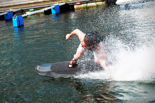 Conoce la wakeboard eléctrica y recorre olas a 45 km/h