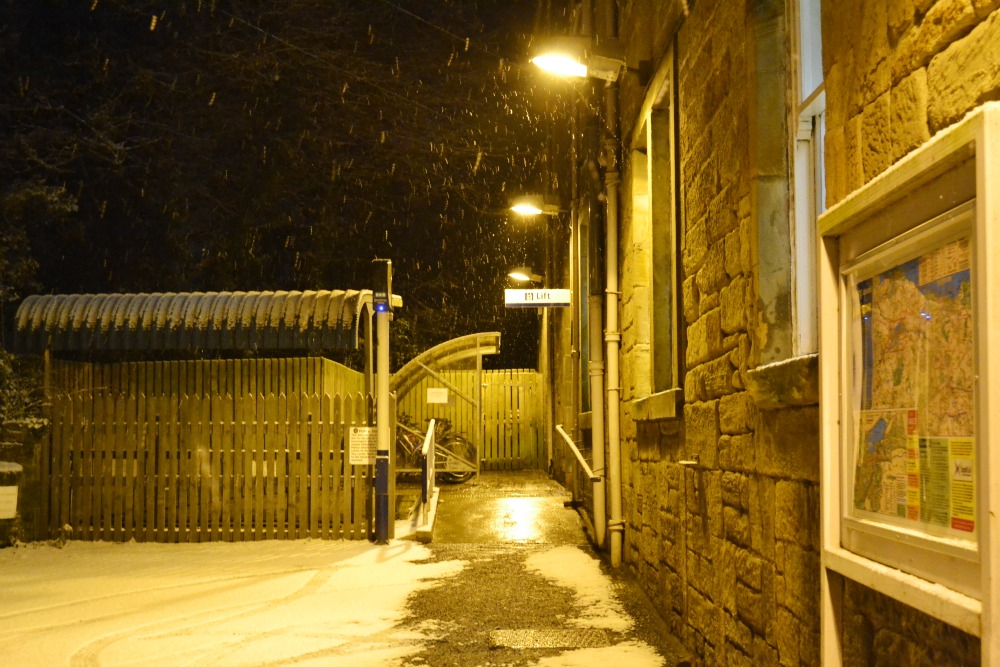 linlithgow train station snow night