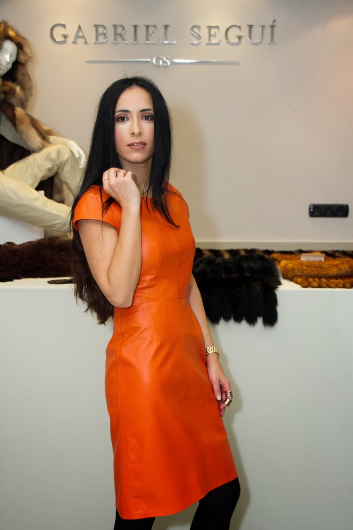Bloguera de moda con vestido de cuero naranja estilo lady de Gabriel Seguí